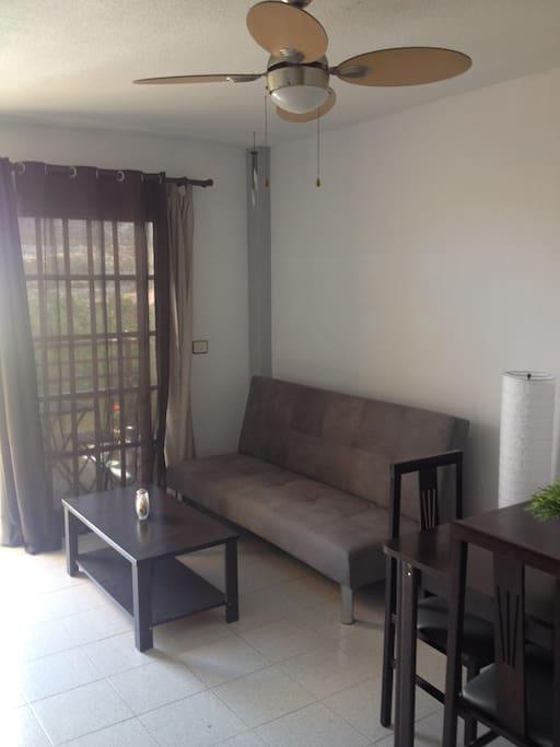 Zona de salón/comedor con sofá-cama