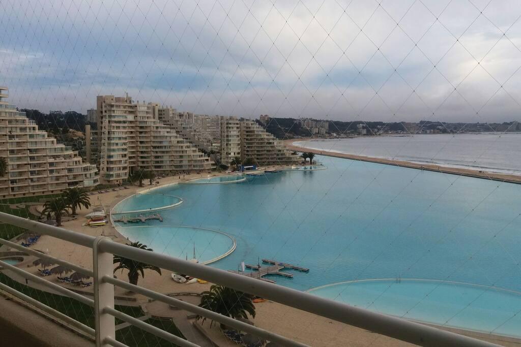 Laguna grande para realizar deportes acuáticos y piscinas pequeñas para nadar.