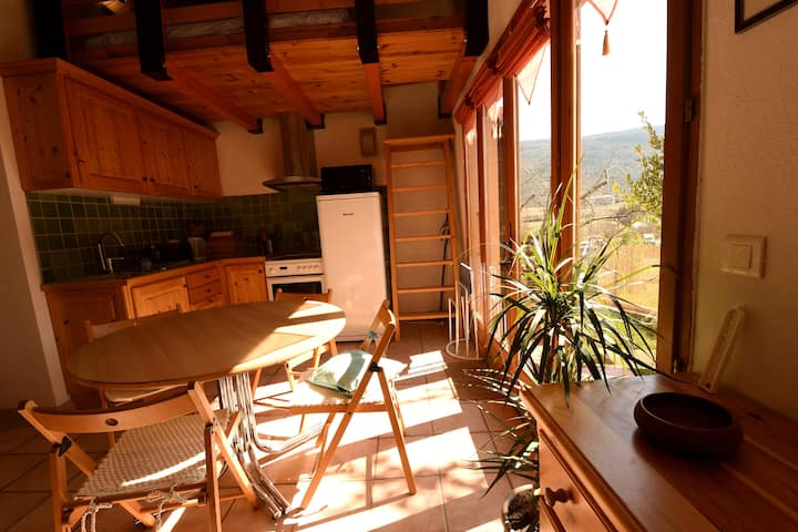 Studio lumineux au village avec jardin privatif