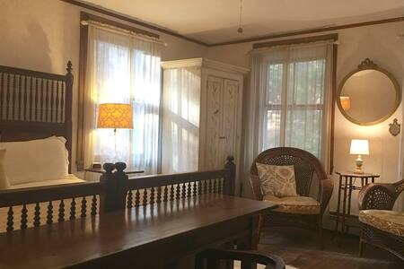 Summer House Sunflower Room - Pine Hill