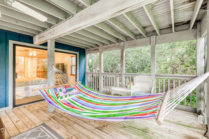 Dog-friendly beachfront home with boardwalk, screened-in porch