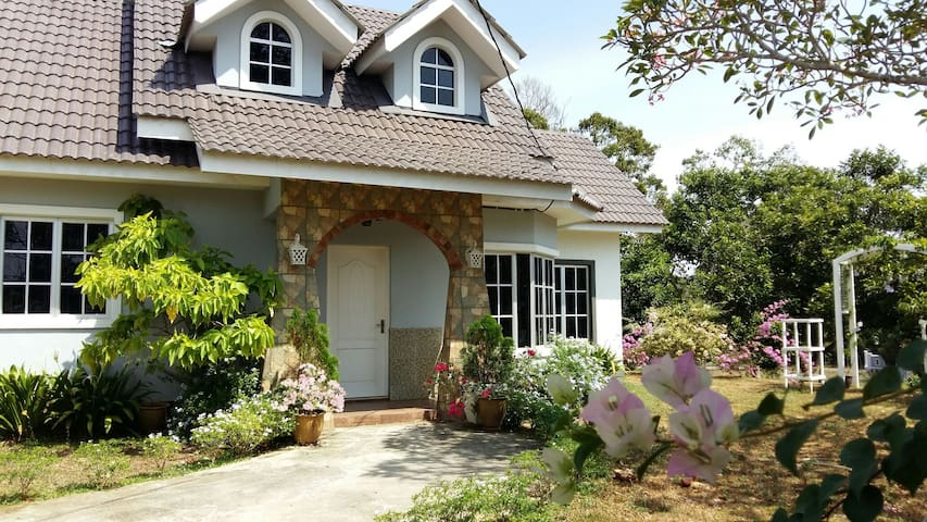 English Cottage - Durian Tunggal - Hus