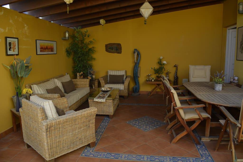 Terraza chill out con pérgola de madera y hamaca en la zona de sol descubierta.    Chill out terrace with wooden pergola and hammock in the sunny area.