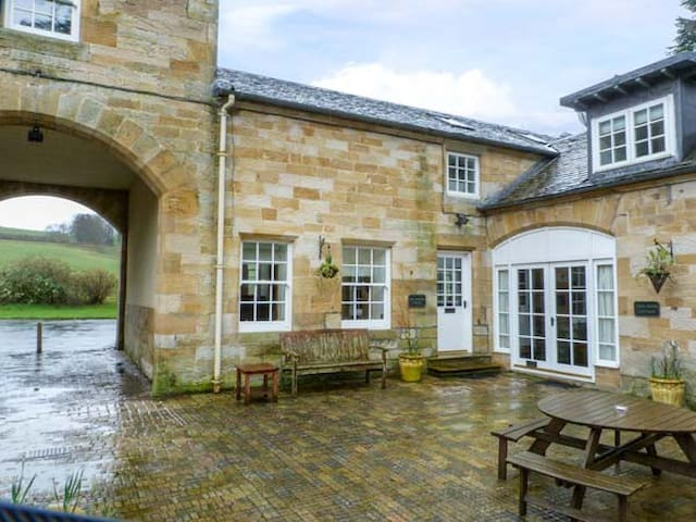 THE GROOM'S COTTAGE, family friendly in Kirkmichael, Ref 951885
