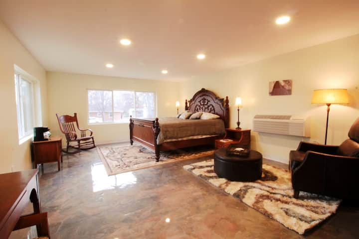 Book-Lovers King Suite~7 minutes Downtown