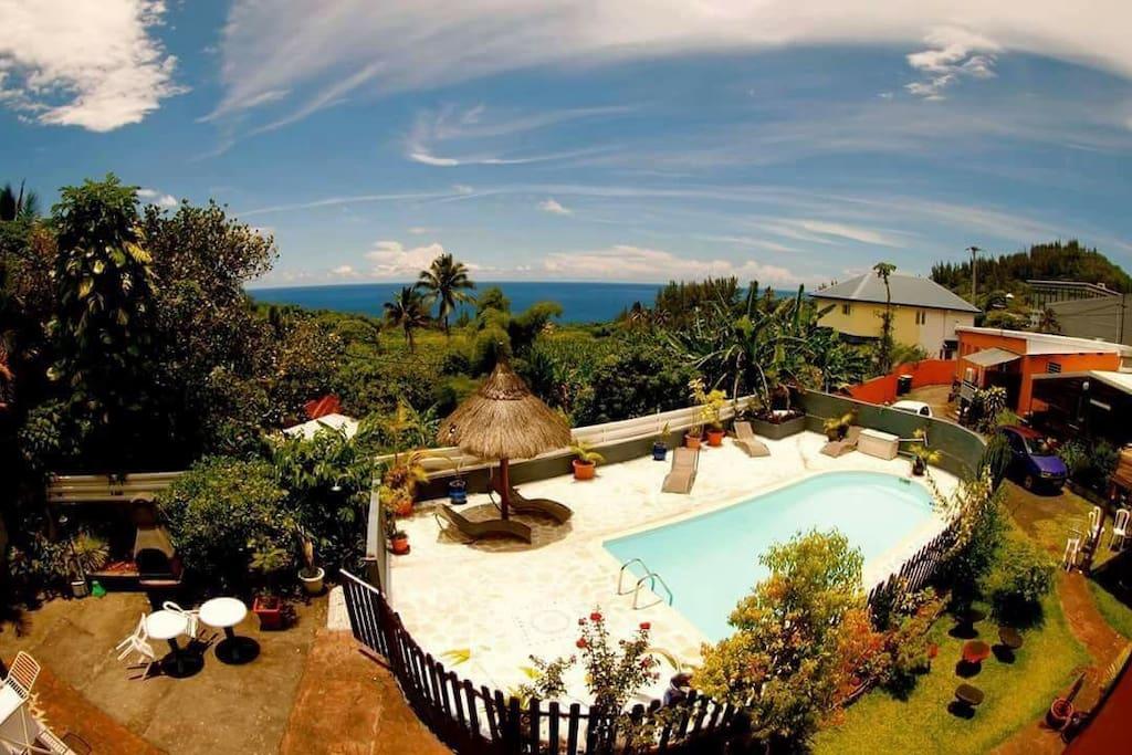 Vue piscine et mer du balcon
