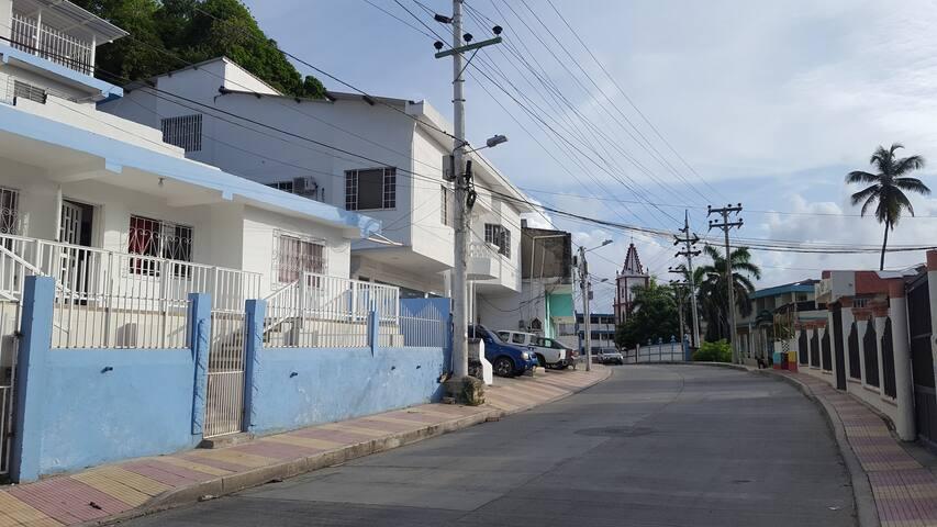 Al fondo de la foto, se observa la iglesia Sagrada Familia
