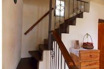 Escalera que sube a la habitación con baño en suite