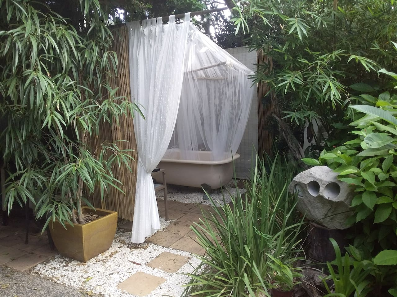 0utdoor bathspace.