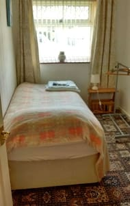 Single room,desk& wi-fi. - Carmarthen - House