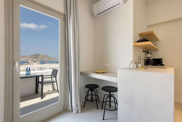 Sea View Balcony Suite in the Heart of Naoussa_4