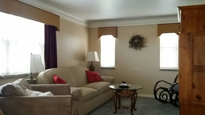 Remodeled Cozy 2 BR Apt. minutes to airport & city