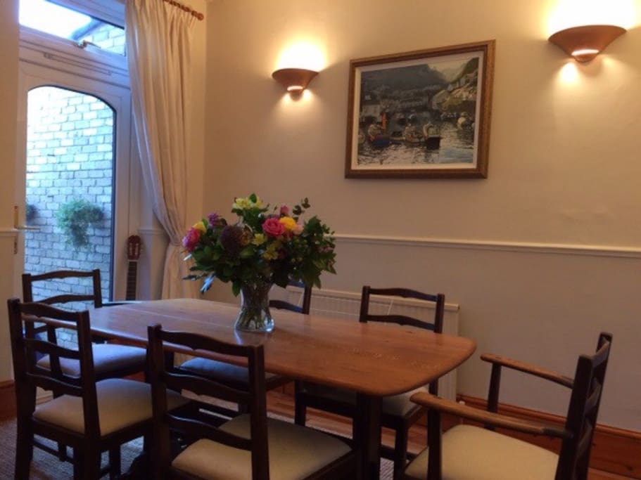 Beautiful atmospheric dining room. Ideal for cosy family meals and dimmer lighting for dinner parties etc