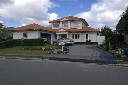Northwood Sunny Villa,5 min to airport - Christchurch