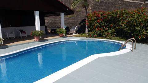 Casa frente al mar con 4 cuartos, 5 baños, piscina