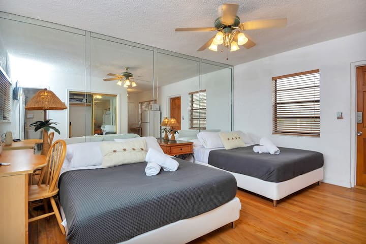 Lovely Apt, Hollywood Beach, 1/2 block from Ocean!