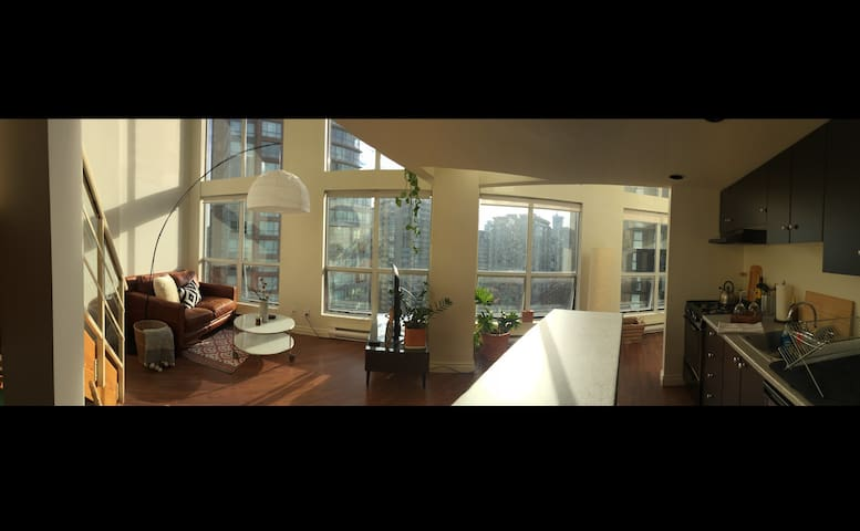 Spacious D.T. Loft Apartment w/ Parking - Vancouver - Loft