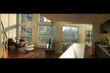 Spacious D.T. Loft Apartment w/ Parking - Vancouver - Apartment