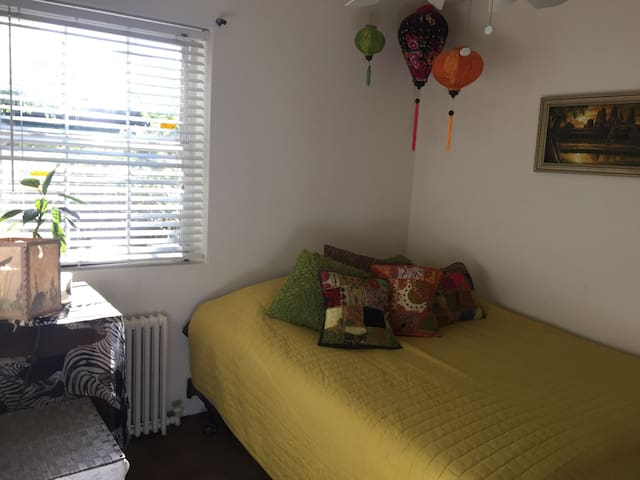Brigth, cozzy, nice room.