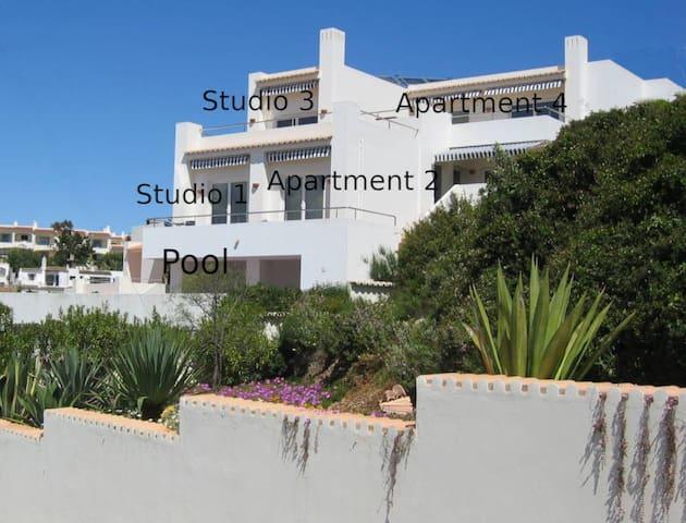 Casa Cubo von der Strasse aus gesehen - Überblick der Verteilung der Apartments und Studios