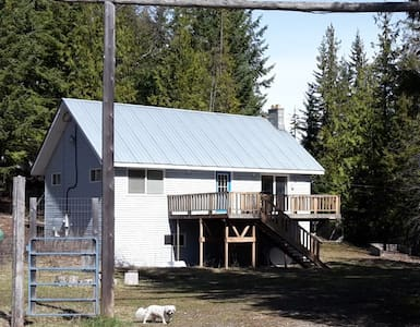 Country Cottage with Enclosed Yard - Eagle Bay
