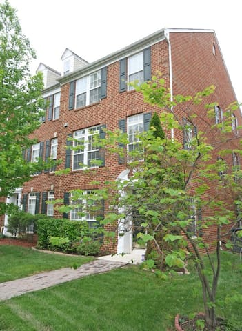 Lovely end of group townhouse near Arundel Mills!