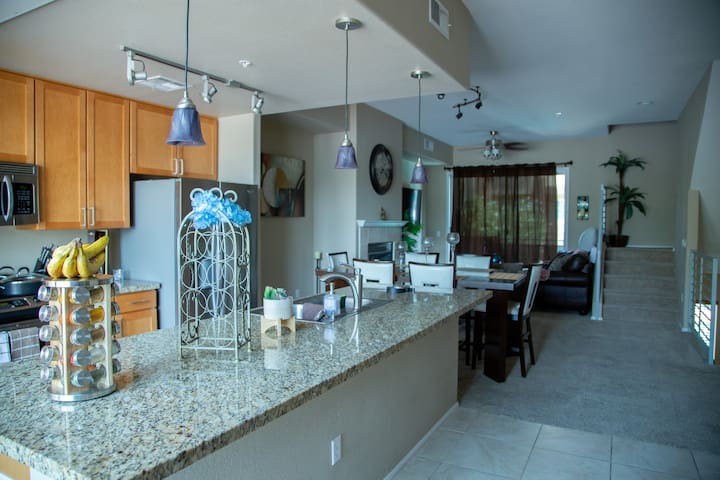 Luxury Condo in heart of Westgate/King size bed