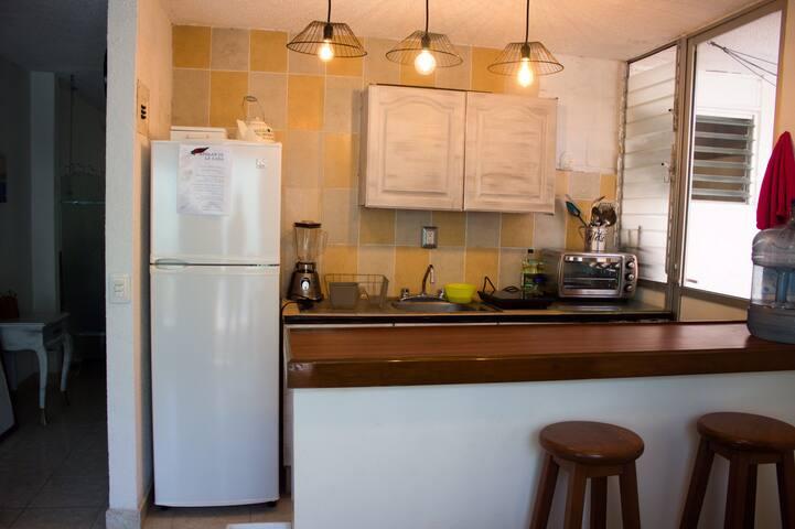 Cocina equipada con refri y algunos electrodomésticos útiles