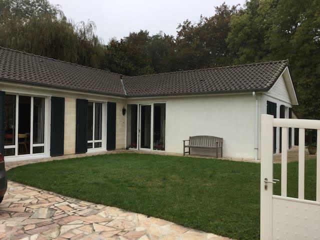 Maison  de 140m2 grande pièce à 60m2 terrain 2700m - Santeny
