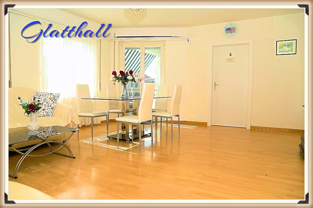The large spacious living space of Glatthall!