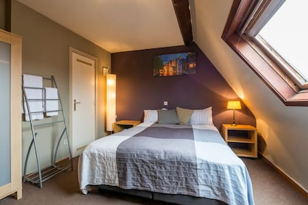Charming guesthouse w canal view - Bruges