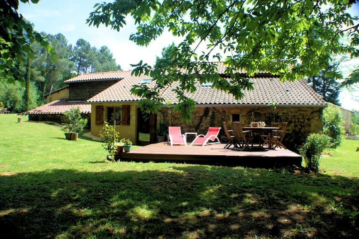 Romantic authentic gite with a large privat pool ideal for couples!