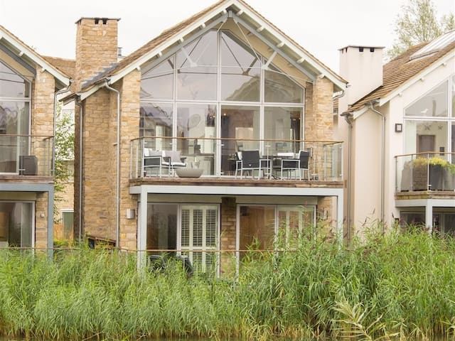 SPARROW HAWK HOUSE, with pool in Cirencester, Ref 988702