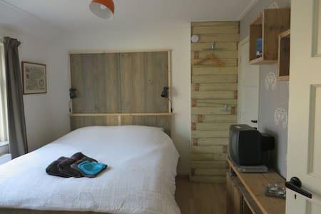 2-4 bedroom in between beach & city incl. 2 bikes! - Ház