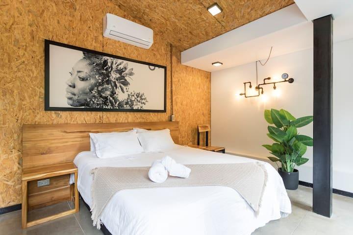 Tu cama queen (1.60 metros de ancho) muy cómoda. Aire Acondicionado y todo lo que necesitas para una gran estadía // Your queen bed (1.60m wide), very comfortable. Air Conditioning and everything you need for a great stay