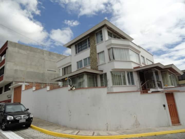 Hermosa Casa de 3 pisos con Garaje