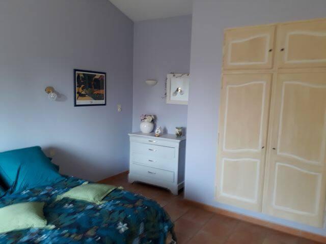 chambre lavande avec lits jumeaux