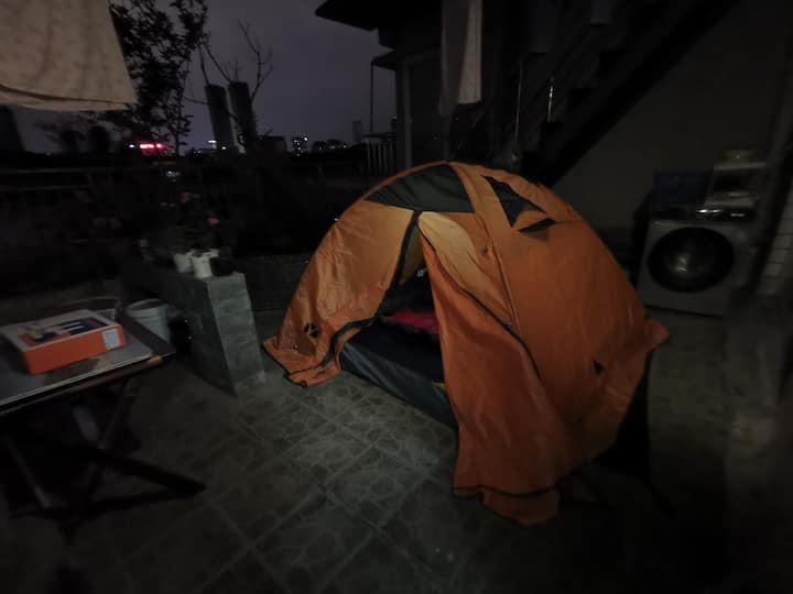 城市帐篷民宿。川师大,川大,锦华万达,九眼桥商圈。是开放空间哈。屋顶或者书房搭帐篷。可提供耳塞。