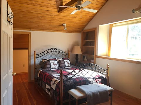 Cozy Private Loft 4 Miles from Elk Mountain