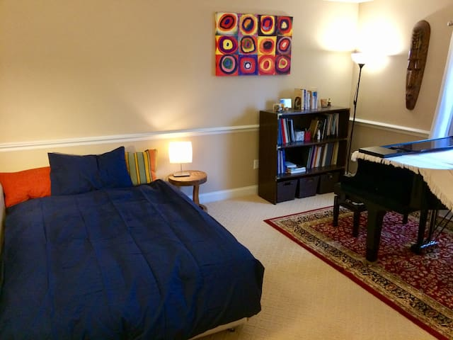 Cozy Bedroom with Private Parking - Quincy - Apartment