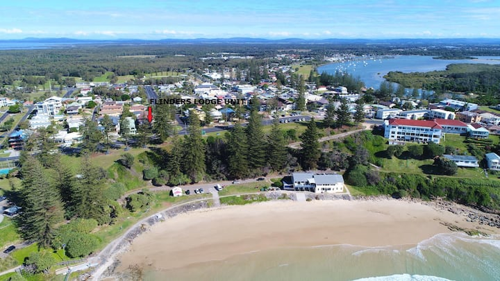 FLINDERS LODGE 1 OPPOSITE MAIN BEACH, OCEAN VIEWS