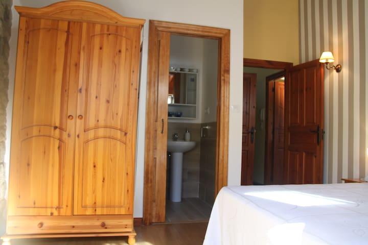 Habitación de matrimonio con baño completo incluido