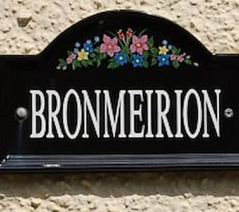 BRONMEIRION FAMILY HOLIDAY COTTAGE - Tywyn