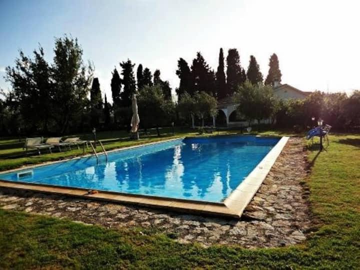 Villa con piscina privata e ampio giardino.