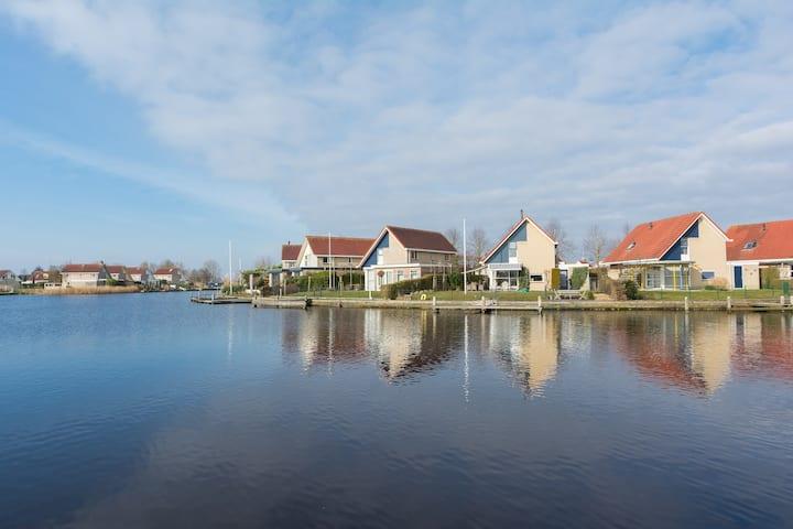 Vakantiehuis a/h water in Terherne