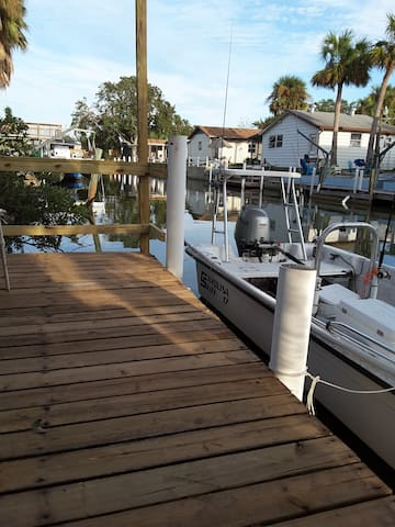 The Waters Edge 2/1 with Boat Dock in back yard - Edgewater - Huis