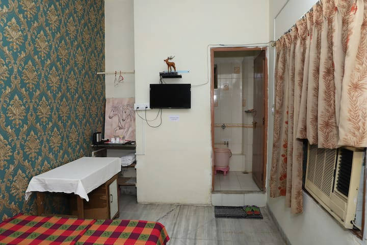 AC Compact room at Gokul Homestay Indore
