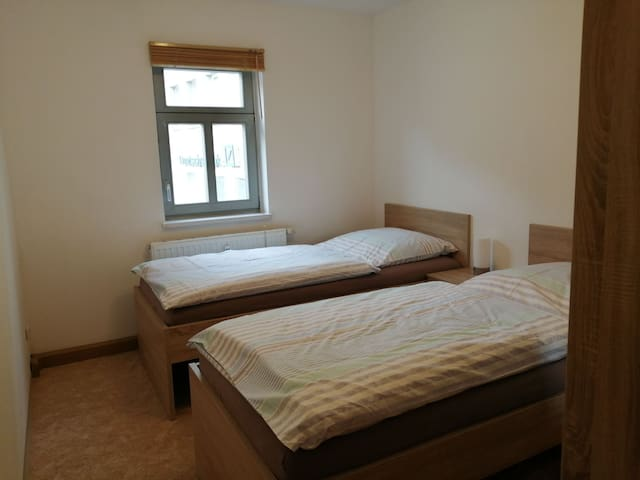 Schlafzimmer klein mit Einzelbetten