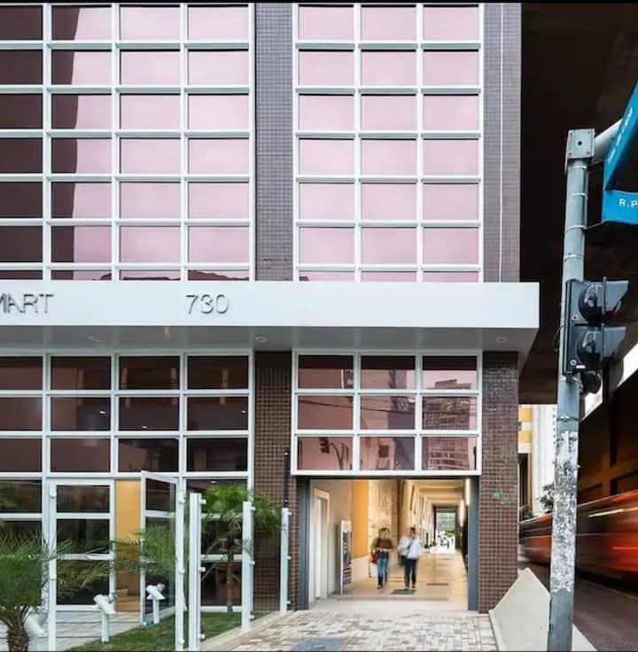 Studio Moderno e Completo no Coração de Curitiba