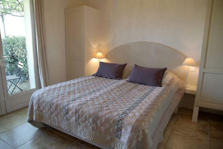 Chambre Grenache terrasse avec vue sur les vignes
